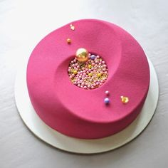 I believe the fabric appearance is done by spraying an iced and frozen cake with colored white chocolate that is sprayed on warm with a chocolate spray gun. Crazy Cakes, Fancy Cakes, Cute Cakes, Pretty Cakes, Mini Cakes, Yummy Cakes, Cupcake Cakes, Beautiful Desserts, Beautiful Cakes