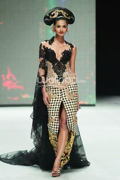 Batik Kebaya, Kebaya Dress, Batik Dress, Modern Fashion, High Fashion, Womens Fashion, Fashion Design, Model Rok, Indonesia Fashion Week