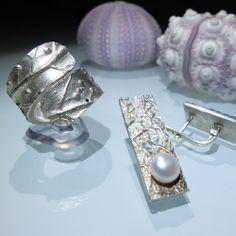 Conjunto de anillo y pendientes de plata con textura vegetal.