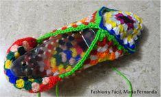 Tutorial de ganchillo para hacer slippers de punto afgano o grany squares (Step by step tutprial to make slippers with granny squares) Knitted Slippers, Slipper Socks, Knitting Stitches, Knitting Socks, Dyi Crafts, Arts And Crafts, Granny Square Slippers, Crochet Shoes, Baby Patterns