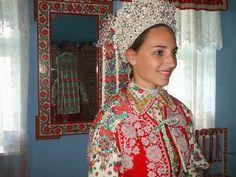 A MAGYARSÁG A MAG NÉPE: Magyar hímzések és motívumok kincsestára - A magyar hímzés Hungarian Women, Hungarian Embroidery, Folk Dance, Sister Wedding, Folk Costume, Ao Dai, Traditional Outfits, Sari, Culture