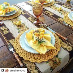 Mesa linda da @amelhorvovo. A composição de marrom e amarelo com mix de floral trouxe um ar rústico sem perder a delicadeza e, para selar…