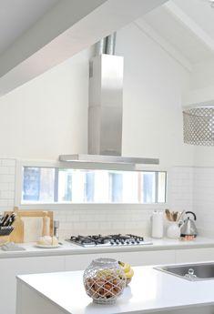 Una cocina con luz propia / DOS CASAS Window Over Sink, Tik Tok, Industrial Design, Finals, Kitchen Design, New Homes, Storage, Table, House
