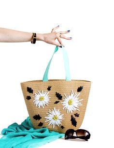 DIY Raffia Embroidered Tote   click through for the full tutorial! Diy Embroidery Crafts, Embroidery Bags, Crochet Tote, Crochet Handbags, Shabby Chic Art, Yarn Thread, Knitted Bags, Handmade Bags, Clutch Bag