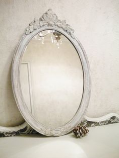 espejo ovalado con marco blanco