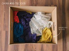 """Caixa #10: Tecidos Brincar de """"Achou!"""" escondendo o rosto por trás de um tecido é uma das atividades favoritas dos pequenos. Nós caprichamos nas cores e texturas para deixar a atividade ainda mais sensorial."""