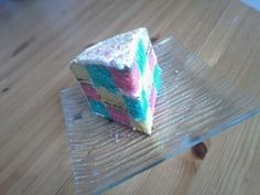 Pour le gâteau damier, nous avons repris la recette du rainbow cake (ici -->http://sylemiam.over-blog.com/2015/03/rainbow-cake.html). On reprend donc les mêmes ingrédients mais on divise la pâte en 3 seulement. --> Pour 3 génoises de 18cm 350g de sucre...