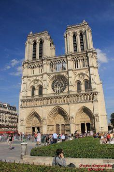 Catedral de Notre-Dame de Paris é uma das mais antigascatedrais francesas em estilo gótico. Iniciada sua construção no ano de 1163, é dedicada a Maria, Mãe de Jesus Cristo (daí o nome Notre-Dame – Nossa Senhora), situa-se na praça Parvis, na pequena ilha Île de la Cité em Paris, França, rodeada pelas águas do Rio Sena
