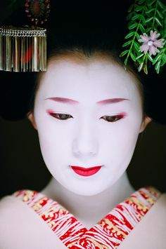 Two simple rules for photographers wanting to take geishas pictures. Follow the link to read them :)