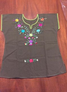 Blusa bordada Tela Manta Disponible en tienda Embroidery On Clothes, Baby Embroidery, Embroidered Clothes, Hand Embroidery Designs, Embroidered Blouse, Chudithar Neck Designs, Blouse Designs, Mexico Dress, Frocks And Gowns