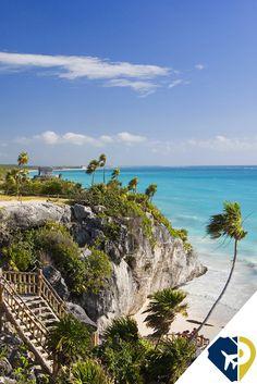 """En #Tulum #QuintanaRoo se mezclan cultura, historia y una de las mejores playas de México. La única zona arqueológica de que se asienta a la orilla del mar.  La más icónica de sus estructuras, llamada """"El Castillo"""", se encuentra al borde de un acantilado desde donde se aprecian las aguas color turquesa del mar. Éste es, sin duda, el rincón más fotografiado de la zona."""