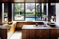 Cocina con vistas a la piscina