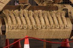 巡行が終わった晩だから観られる長刀鉾の海老の部分。他の山鉾は7-8本程度だが、長刀の多いこと。 祇園祭 京都 kyoto gion festival Kyoto, Straw Bag, Reusable Tote Bags, Events, Japan, Spaces, Japanese