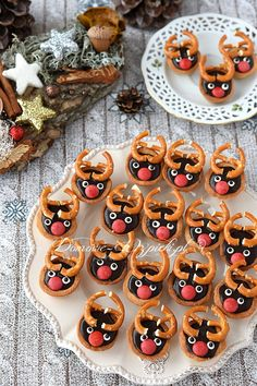 Przepis na kruche babeczki renifery. Małe, chrupiące babeczki wypełnione czekoladowym kremem i udekorowane jak renifery. Takie słodkie, mini babeczki na dwa gryzy. Idealny wypiek na święta Bożego Narodzenia. Christmas Baking, Merry Christmas, Mini, Biscuits, Cupcakes, Cookies, Sweet, Winter, Drinks