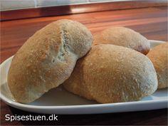 Lækre saftige boller til madpakken eller sandwich. Dejen kan fint stå i køleskabet i 2-3 døgn, og så er det hurtigt at få nybagt brød.