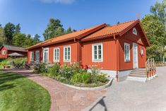 I Peder och Mariannes faluröda sörmländska hus möts två världar. Klassiska naturmaterial och färger mixas med modern byggteknik och miljösmart uppvärmning. Resultatet är ett harmoniskt hem med låga driftskostnader och hög komfort.