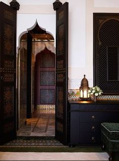 Glam Moroccan Decor. Painted doors,arched walls, arabesque wooden windows…