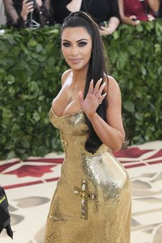 Kim Kardashian West finally stepped out at the Met Gala, wearing a stunning gold Versace dress with cross detailing. For the second year, Kardashian walked without her husband Kanye West. Khloe Kardashian, Kim Kardashian Workout, Gold Outfit, Gold Dress, Rachel Bilson, Teen Choice Awards, Diane Kruger, Sarah Jessica Parker, Kanye West
