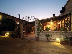 L'Agriturismo Casalicchio si trova a nel cuore della Sicilia, a 40 km dai templi e dal quartiere ellenistico di Agrigento e a 5 Km dal Castello di Mussomeli.
