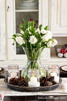 centros de mesa navideños, decoracion para la mesa de navidad de jarrón de flores en blanco, pequeños frascos con velas y piñas decorativas