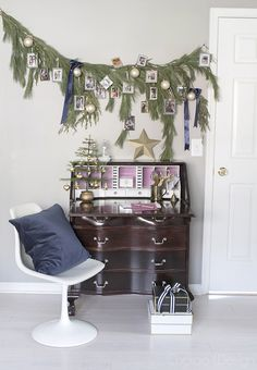 Christmas desk area decorated with real pine garland and family photos Photo Christmas Ornaments, Cool Christmas Trees, Christmas Photos, Christmas Decorations, Holiday Decor, Holiday Ideas, Work Cubicle Decor, German Christmas Pyramid, Rooms For Rent