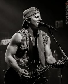 BADBOYS DELUXE: KIP MOORE - COUNTRY MUSICIAN