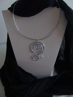 Collier fil aluminium avec pendentif fil alu strié : Collier par sevcrealu