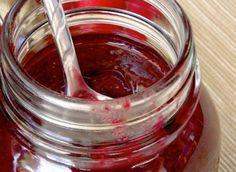 La marmellata di radicchio è facilissima da realizzare ed occorrono solo 2 ingredienti. Perfetta per accostarsi con formaggi freschi e stagionati.