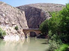 Acemoğlu boğazı köprüsü/Kemah/Erzincan///Karanlık kanyonun küçük bir hali olan Acemoğlu Boğazı Erzincan-Kemah karayolu üzerinde bulunmaktadır.