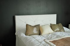 Bedroom in black with a hint of white and gold