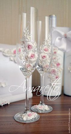 Wedding Wine Glasses, Wedding Flutes, Decorated Wine Glasses, Painted Wine Glasses, Wine Glass Crafts, Bottle Crafts, Clay Crafts, Diy And Crafts, Do It Yourself Wedding
