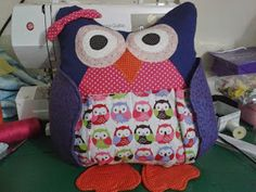 Mimos da Janis: ALMOFADA CORUJA PORTA CONTROLE Owl Pillow Pattern, Doll Toys, Dolls, Sewing Pillows, Sewing Toys, Diaper Bag, Lunch Box, Patches, Diy Crafts