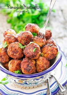 Romanian meatballs (Chiftele) are one of the most popular Romanian dishes. Learn to make the mother of all meatballs, nothing beats these meatballs. Meatball Recipes, Pork Recipes, Cooking Recipes, Healthy Recipes, Healthy Food, Samosas, Empanadas, New Year's Eve Appetizers, Appetizer Recipes