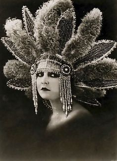 Lucy Doraine Hungarian film actress of the silent era. Born as Ilona Kovács in Budapest, she appeared in 24 films between 1918 and She was married to film director Michael Curtiz from 1918 to Headdress. Vintage Pictures, Vintage Images, Vintage Beauty, Vintage Fashion, Vintage Style, Pin Up, Vintage Burlesque, Roaring 20s, Silent Film
