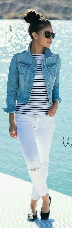 Casual. Jeans blancos + blusa rayas. Chaqueta mezclilla