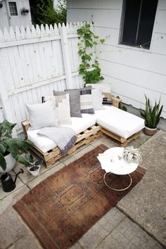Pallet Outdoor Furniture Wood pallet couch on patio with white cushions and throw pillows. - This article will show you the steps, materials and tools you need to create an L-shaped couch using pallet wood and how to make no sew cushions. L Shaped Couch, Reclaimed Wood Furniture, Decor, Outdoor Couch, Balcony Decor, Patio Couch, Wood Pallet Couch, Pallet Furniture Outdoor, Pallet Garden Furniture