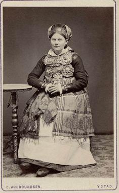 Brud från Herrestads härad Skåne. Kvinna iklädd folklig bruddräkt. 1870-1920