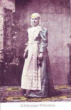 Ingekleurde ansicht van koningin Wilhelmina in Friese klederdracht, zonder datum.