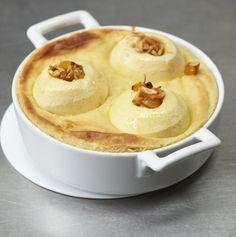 Wenn's draußen schneit und stürmt, freuen wir uns auf einen saftigen Bratapfel-Auflauf mit Marzipan, Mandeln und Amaretto.