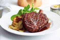 Steak with quick sauce bordelaise and boulangere potatoes Steak Recipes, Quick Recipes, Potato Recipes, Wine Recipes, Cooking Recipes, Sauce Bordelaise, Boulangere Potatoes, Humble Potato, Gourmet