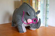 Este rinoceronte de feltro tem aparência intelectual, mas é muito simpático e decora de forma primorosa (Foto: alionsnest.com)