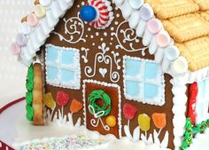 How to decorate a gingerbread house with royal icing - how to make a ginger bread house - How to decorate a gingerbread house with royal icing – how to make a ginger bread house – YouTu - Gingerbread House Pictures, Gingerbread House Icing, Graham Cracker Gingerbread House, Gingerbread Decorations, Christmas Gingerbread House, Christmas Cookies, Christmas Tree, Decoration Christmas, Christmas Crafts