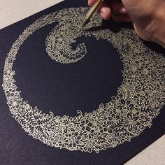 I have no words to describe this. Gold pen on black paper Zen Doodle, Doodle Art, Kratz Kunst, Zentangle Patterns, Zentangles, Gold Pen, Doodles, Scratch Art, Tangle Art