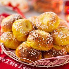 Ett ljuvligt recept på saftiga små saffransbröd som är fyllda med vaniljsocker och smör. Söta och goda saffransbullar som går utmärkt att frysa in.