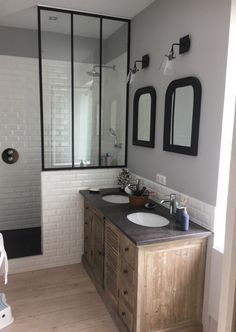 Chic retro bathroom, faience metro and canopy - sallebain Retro Bathrooms, Chic Bathrooms, Small Bathroom, Master Bathroom, Bathroom Vintage, Neutral Bathroom, Bathroom Layout, Bathroom Ideas, Modern Bathroom Design