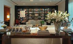 Aparador bar - veja modelos e dicas para você ter um bar em casa lindo e prático! Decor, Table Style, Hotels Design, Sweet Home, Home Decor Styles, Wine House, Bars For Home, Table Top Decor, Home Renovation