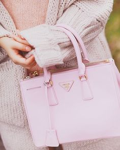 Find tips and tricks, amazing ideas for Prada handbags. Discover and try out new things about Prada handbags site Prada Bag, Prada Handbags, Purses And Handbags, Marken Outlet, Burberry, Tout Rose, Dior, Sacs Design, Cute Bags