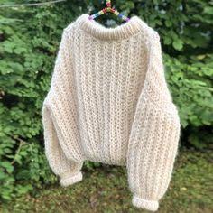 Grei Patent - ute nå ✨ Så enkel, ingenting å holde styr på underveis. Looks Style, Looks Cool, My Style, Curvy Style, Knitting Projects, Knitting Patterns, Hand Knitting, Big Needle, Estilo Cool