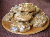 Pralines are a New Orleans institution! This praline recipe produces sweet, slightly crumbly brown sugar candies loaded with toasted pecans. Candied Pecans, Toasted Pecans, Just Desserts, Delicious Desserts, Yummy Food, Sweet Desserts, Praline Candy, Pecan Candy, Candy Recipes