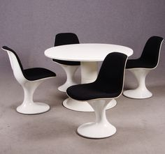 """Dining Group, consisting of the chairs """"Orbit"""", Mark Farner & Walter Grounds for Herman Miller, in white fiberglass and fabric upholstered seat. Dining table: """"Saturn"""", Yrjö Kukkapuro for Haimi, designed in 1966."""